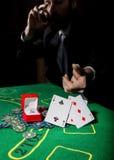 显示一个丢失的组合在啤牌卡片,人的打牌者喝从哀情的威士忌酒 免版税图库摄影