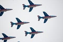显示一个小组特技飞行的军用飞机在天空 图库摄影