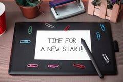 显示一个新的开始的概念性手文字时刻 企业照片文本某事应该现在开始新鲜 免版税库存图片