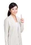 显示一个标志的妇女手指 免版税图库摄影
