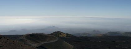 显示一个火山口和与云彩的Mt Etna全景在背景 免版税库存照片