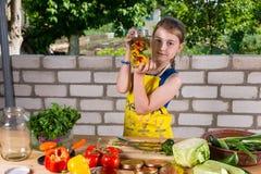 显示一个瓶新鲜蔬菜的女孩 库存图片