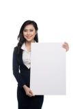 显示一个白板的年轻亚裔女商人隔绝在whi 免版税图库摄影