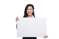 显示一个白板的年轻亚裔女商人隔绝在whi 库存图片