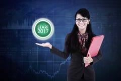 显示一个真正按钮的美丽的女实业家 免版税库存图片
