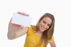 显示一个空白看板卡的一名白肤金发的妇女的特写镜头 免版税图库摄影