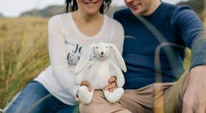 显示一个被充塞的兔宝宝的夫妇 免版税库存图片