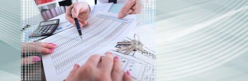 显示一个财政计划的房地产经纪商 全景的横幅 免版税库存图片
