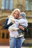 显示一只花梢兔子的少妇对她的儿子 免版税图库摄影