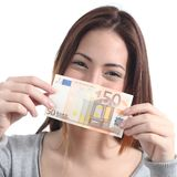 显示一张五十欧元钞票的妇女 免版税库存图片