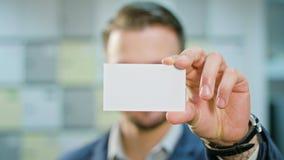 显示一张空白的纸的商人 影视素材