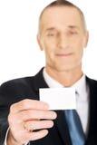 显示一张空白的身分名片的商人 免版税库存图片