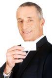 显示一张空白的身分名片的商人 免版税库存照片