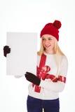 显示一张空白页的欢乐的金发碧眼的女人 库存图片