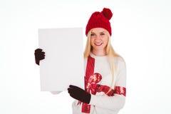 显示一张空白页的欢乐的金发碧眼的女人 免版税库存照片