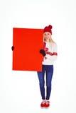 显示一张空白页的欢乐的金发碧眼的女人 免版税库存图片