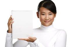 显示一本空白的书的美丽的亚裔中国女孩 免版税库存照片