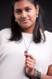 显示一枚地方硬币的印地安女孩 免版税库存照片