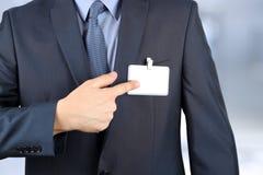 显示一枚空白的徽章的商人 库存照片