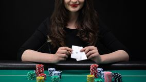 显示一点对和劫掠赌博娱乐场的微笑的妇女切削,女性把戏,运气 股票视频
