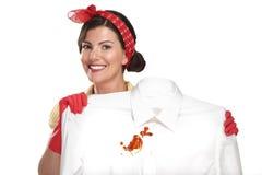 显示一件肮脏的衬衣的美丽的妇女主妇 免版税库存照片