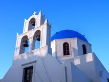 显示三响铃和一个蓝色圆顶的希腊教会 库存图片