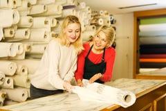 显示不同的织品的妇女卖主 免版税图库摄影