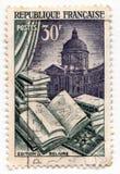 显示与例证的一本开放书和图书馆的老法国邮票在背景 免版税库存图片