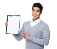 显示与剪贴板空白页的商人  免版税库存照片