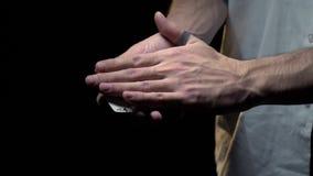 显示与卡片的把戏一位男性魔术师,慢动作的手纹身花刺的 股票视频