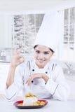 显示与可口盘的厨师完善的标志 免版税库存照片