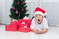 显示与圣诞节的亚裔中国小男孩滑稽的表示 免版税库存照片