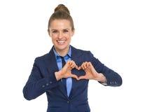 显示与手指的愉快的女商人心脏 免版税库存图片