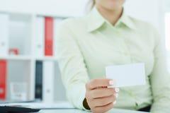 显示与拷贝空间的妇女的中间部分空的白纸卡片标志文本的 库存照片