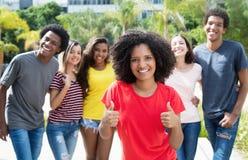 显示与internationa的俏丽的非裔美国人的妇女赞许 库存图片