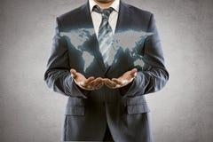 显示世界地图的商人 免版税库存图片