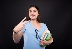 显示两个手指或计数两的女孩 免版税图库摄影
