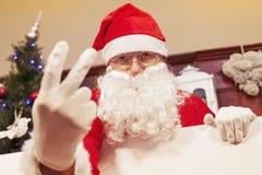 显示两个手指的圣诞老人画象  库存照片
