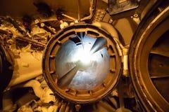 显示两个舱口盖的一支潜艇鱼雷管被打开 免版税库存照片