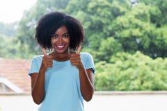 显示两赞许的逗人喜爱的非裔美国人的妇女 免版税库存图片