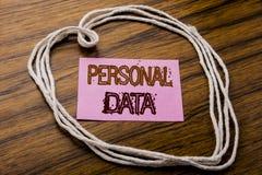 显示个人数据的手写的文本 在黑暗的木ba的稠粘的便条纸写的数字式保护的企业概念 免版税图库摄影