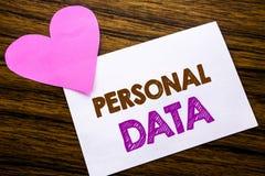 显示个人数据的概念性手文字文本 在稠粘的便条纸写的数字式保护的概念,木木backg 免版税库存照片