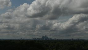 显示云彩和气象中心城市费城的时间间隔录影 影视素材