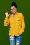 显示五个手指的妇女 免版税库存照片