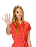 显示五个手指的微笑的妇女画象 免版税库存照片