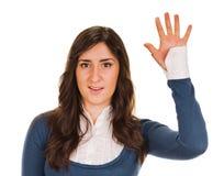 显示五个手指的愉快的微笑的妇女 免版税图库摄影