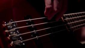 显示五串电低音吉他宏指令的音乐家 股票视频
