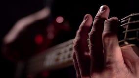 显示五串电低音吉他宏指令的音乐家 影视素材