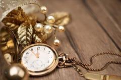 显示五到十二和金黄decoratio的葡萄酒口袋时钟 免版税库存照片