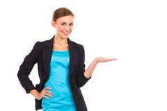 显示产品的微笑的女实业家。 免版税库存图片
